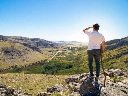 Photo pour Young hiker looking at the view in Cerro Bahía Blanca, Sierra de la Ventana, Buenos Aires, Argentina. - image libre de droit