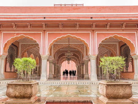 Foto per turisti ammirano la bellezza del Chandra Mahal nel City Palace, Jaipur, India - Immagine Royalty Free