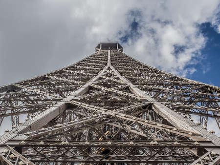 Foto per particolare della struttura che compone la Tour Eiffel a Parigi - Immagine Royalty Free