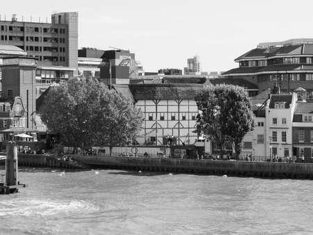 Photo pour LONDON, UK - CIRCA SEPTEMBER 2019: The Shakespeare Globe Theatre in black and white - image libre de droit