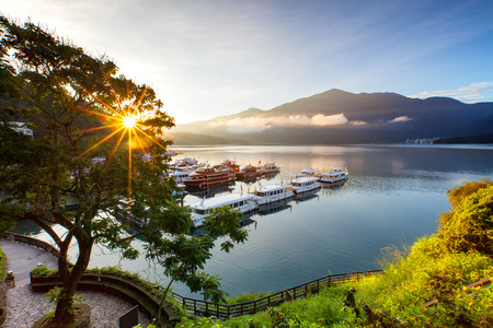 Foto de sunrise at sun moon lake in nantou, taiwan - Imagen libre de derechos