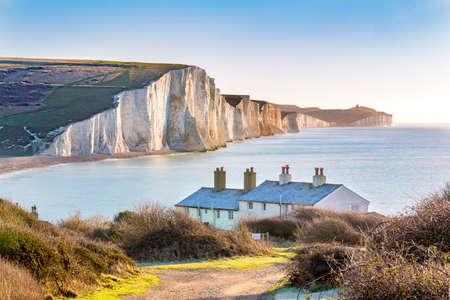 Photo pour The Coast Guard Cottages and Seven Sisters Chalk Cliffs just outside Eastbourne, Sussex, England, UK. - image libre de droit