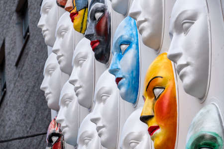 Foto per MILAN, ITALY - SEPTEMBER 25, 2017: Colorful masks at Duomo square in Milan (Lombardy, Italy), for the project called Il cosmo della bellezza - Immagine Royalty Free