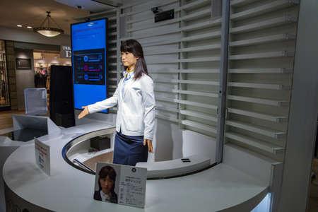 Photo pour Tokyo, JAPAN - October 20, 2016: Junko Chihira Toshiba android robot Japan in Aqua City Odaiba, a shopping center on Tokyo's waterfront - image libre de droit