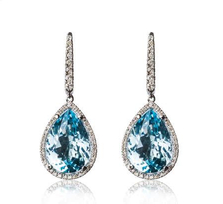 Photo pour Pair of diamond earrings, isolated on white - image libre de droit