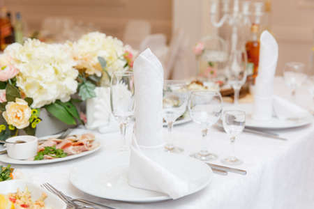 Photo pour wedding table setting and decorated with flowers - image libre de droit