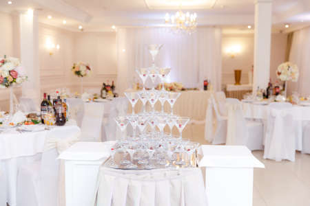 Photo pour pyramid from glasses of champagne on wedding party - image libre de droit