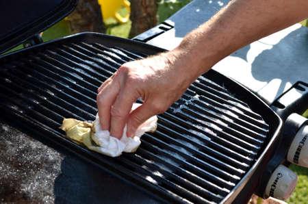 Photo pour Cleaning the outdoor grill - image libre de droit