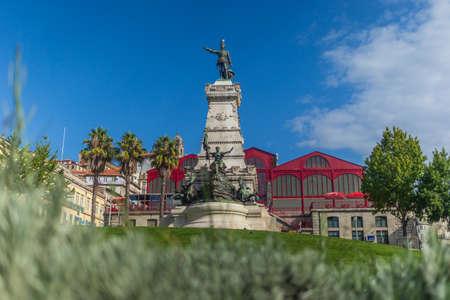 Photo pour Statue at Infante Henrique Square near the old Ferreira Borges Market - image libre de droit