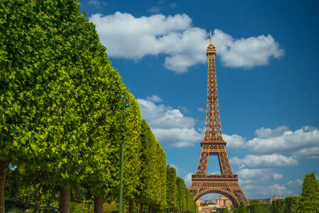 Photo pour The Eiffel Tower, symbol of Paris. - image libre de droit