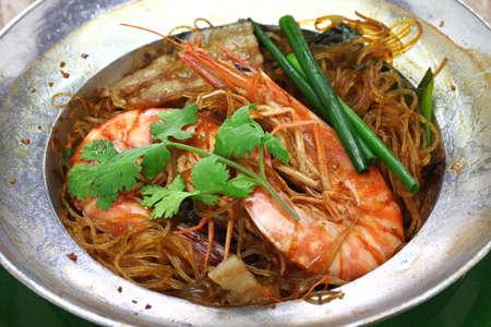 Photo pour thai cuisine, steamed prawns with vermicelli in metal casserole pot, gung op wun sen - image libre de droit