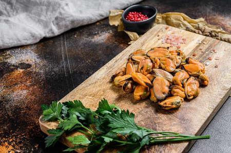 Photo pour Fresh raw mussel meat on a wooden chopping Board. Healthy seafood. - image libre de droit