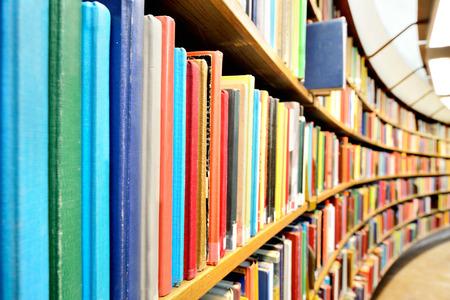 Photo pour books in the library - image libre de droit