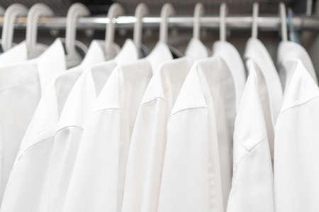 Photo pour white men's shirts on the shoulders in the closet - image libre de droit