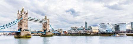 Photo pour Panoramic view of Tower Bridge in London, UK - image libre de droit