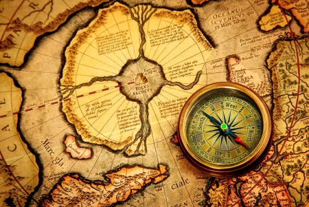 Photo pour Vintage compass lies on an ancient map of the North Pole (also Hyperborea). Arctic continent on the Gerardus Mercator map of 1595. - image libre de droit