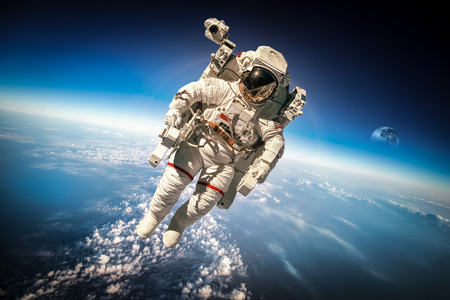Photo pour Astronaut in outer space against the backdrop of the planet earth. - image libre de droit