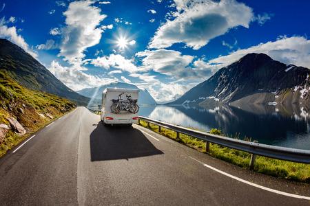 Photo pour Caravan car travels on the highway. - image libre de droit
