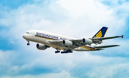 Photo pour AIRPORT FRANKFURT,GERMANY: JUNE 23, 2017: Airbus A380 Singapore Airlines Limited is the flag carrier airline of Singapo re with its hub at Singapore Changi Airport. - image libre de droit