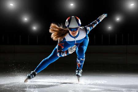 Foto de Short track. athlete on ice preparing to start - Imagen libre de derechos