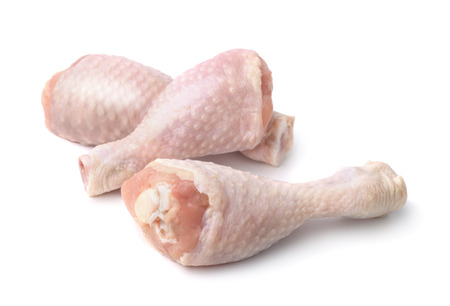 Photo pour Fresh chicken drumsticks isolated on white - image libre de droit