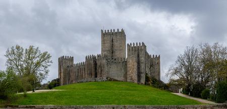 Foto de Guimaraes, Portugal - April 15, 2018 : gray day next to the castle of Guimaraes, Portugal - Imagen libre de derechos