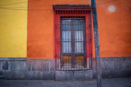 Photo pour Old orange building and trees in Mexico City - image libre de droit