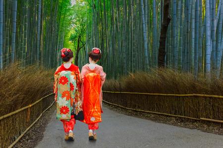 Photo pour Japanese Geisha at Chikurin-no-Michi (Bamboo Grove) in Arashiyama in Kyoto  KYOTO, JAPAN - NOVEMBER 22 2015: Unidentified Japanese Geisha at Chikurin-no-Michi (Bamboo Grove) in Arashiyama district - image libre de droit