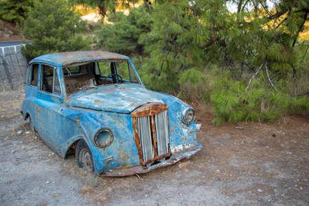 Photo pour old car next to the road in Greece - image libre de droit