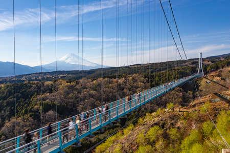 Foto per People walkin on Mishima Skywalk bridge with Mount fuji seen in the distant, clear sunny day - Immagine Royalty Free