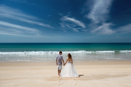 Foto de Wedding couple at idyllic sea beach - Imagen libre de derechos