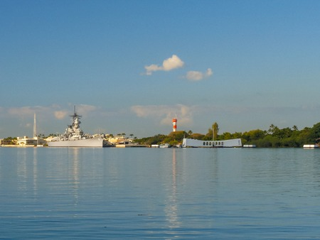 Photo pour a wide angle view of the uss missouri and the arizona memorial at pearl harbor, hawaii - image libre de droit