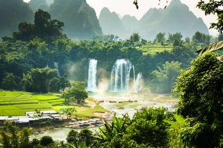Photo pour Ban Gioc Detian Falls with unique natural beauty on the border between China and Vietnam - image libre de droit
