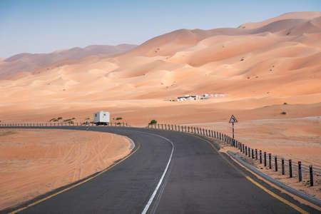Photo pour Scenic road in Empty Quarter desert near Abu Dhabi in the UAE, Middle East - image libre de droit