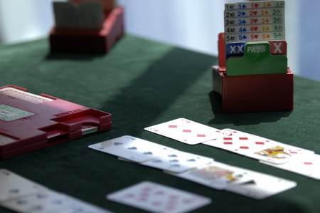 Foto de Cards and table set p for playing bridge - Imagen libre de derechos