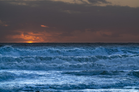 Photo pour Rough seas and waves at sun set - image libre de droit