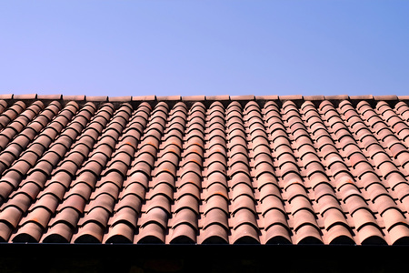 Photo pour Traditional Spanish teracotta tiled roof with a blue sky - image libre de droit