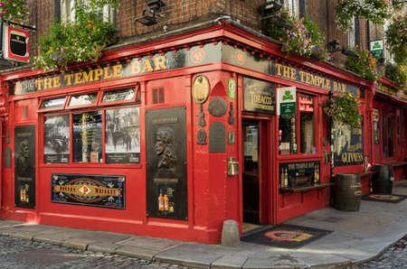 Photo pour Facade of the Temple bar, one of Dublin's most tourist and famous pubs. - image libre de droit