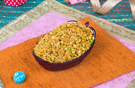 Photo pour Indian Salty and spicy food Mix Namkeen - image libre de droit