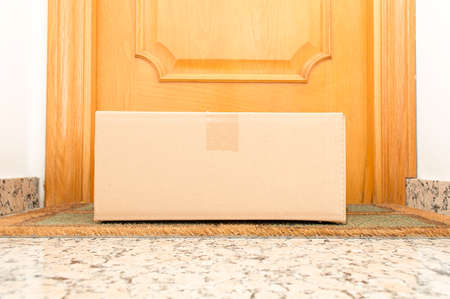 Photo pour view of carton box on the floor of doorway home - image libre de droit