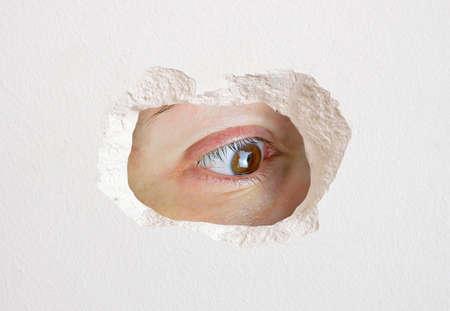 Foto de eye looking wall hole close up trapped - Imagen libre de derechos