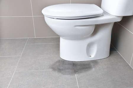 Foto de Leakage of water from a toilet due to blockage of the pipe - Imagen libre de derechos
