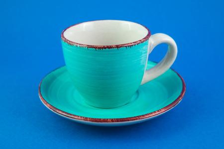 Foto per Tazza turchese e piattino su sfondo blu - Immagine Royalty Free