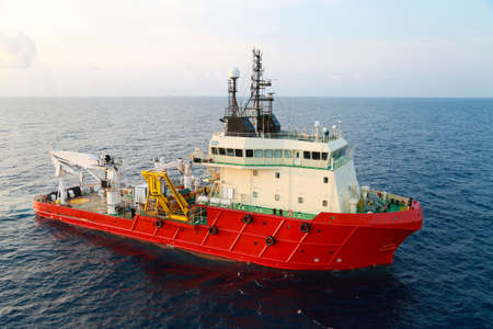 Photo pour Supply boat operation shipping any cargo or basket to offshore. Support transfer any cargo to offshore oil and gas industry, Supply cargo or transfer passenger for work. - image libre de droit