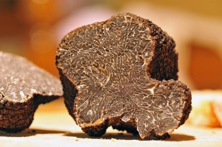 Photo pour black truffles (tuber melanosporum) on a table - image libre de droit