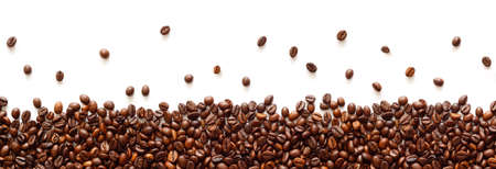 Photo pour Panoramic coffee beans border isolated on white background with copy space - image libre de droit