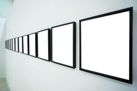 Photo pour Nobody in the museum interior, empty frames - image libre de droit