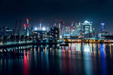 Photo pour Night View of Part of the Canary Wharf District and Part of the Residential Buildings in the City of London, UK - image libre de droit