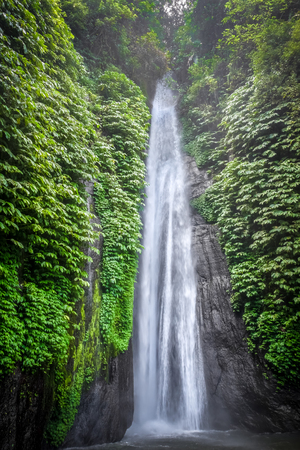Photo pour Red Coral Waterfall in Munduk, Bali, Indonesia - image libre de droit