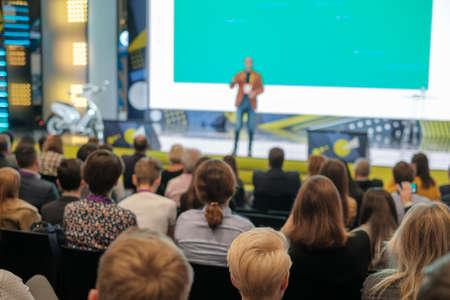 Foto de Audience listens lecturer at workshop in conference hall - Imagen libre de derechos